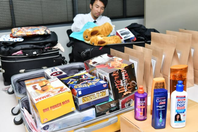 オー・エス・エスが国際発送業務を請け負う訪日外国人の忘れ物(5月13日、大阪市西区)