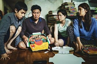「パラサイト」の一場面。ソン・ガンホ(左から2人目)が4人家族の父親役を演じる (C)2019 CJ ENM Corporation, Barunson E&A