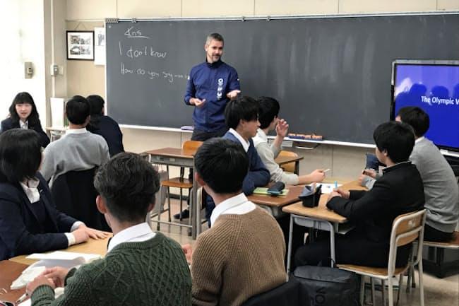 講師は「英語で発言するときは間違いを恐れず、ハッキリ伝えよう」と強調した(4月11日、横浜市立横浜商業高校)
