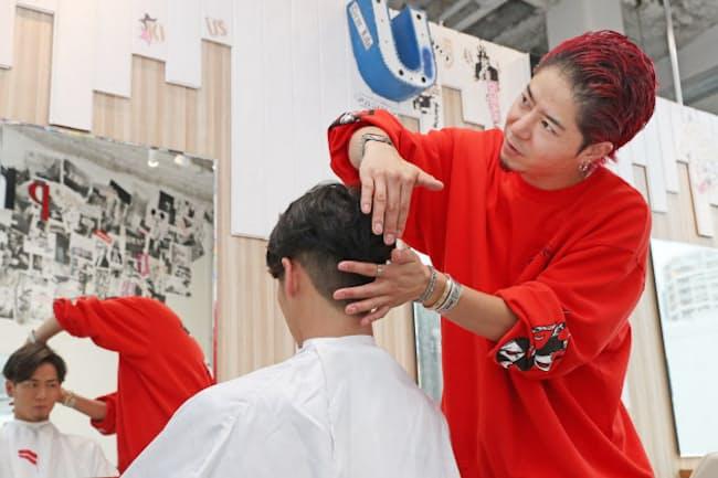 「ツーブロックはアレンジしやすい髪形です。まずはだれでも似合う、ふわりとした、かき上げスタイル。ウエーブがあれば一段とすてきですよ」と話すオーシャントーキョー代表、高木琢也さん(東京都渋谷区)