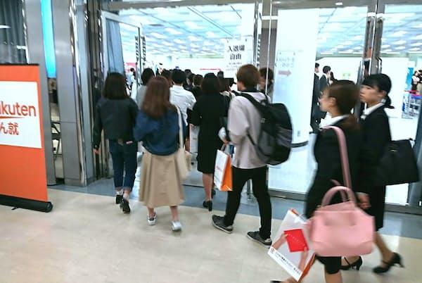 インターン募集の企業ブースが集まるイベントに詰めかける就活生たち(5月18日 東京・池袋)