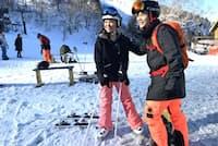 タイ人のソムチャイさんとシリラットさんは富良野での春スキーを満喫(4月、北海道富良野市のスキー場)