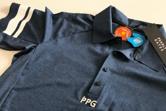 【写真4】パーリーゲイツの「PPG」。価格は襟付きが2万1600円、手前のモックネックが2万520円。襟付きはライム、ブルー、ネイビーの3色、モックネックはホワイト、ライム、ネイビーの3色