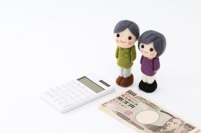 手堅く貯金するには毎月一定額ずつ「先取り」をする方法が有効(写真はイメージ=PIXTA)