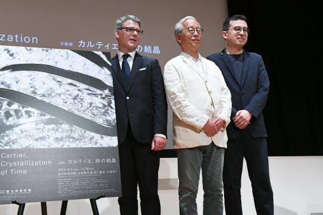 会場構成を手掛ける建築家の榊田倫之氏(右)と現代美術家の杉本博司氏(中)。カルティエのピエール・レネロ氏(左)はこれまで多くの展覧会を担当してきた(5日、東京都港区)