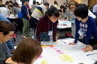 講座では座学や、受講者同士で様々な状況を想定したロールプレーにも取り組む(18年10月、大阪市)
