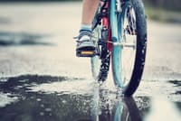 梅雨には雨対策が欠かせない(写真はイメージ=PIXTA)
