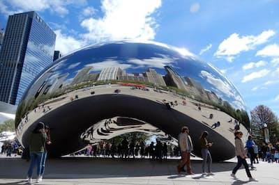 シカゴのミレニアムパークにあるパブリックアート「クラウドゲート」(通称、ビーン=豆)は、摩天楼を映す鏡
