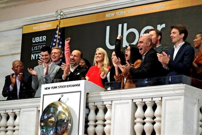 ニューヨーク取引所で取引開始のベルを鳴らすウーバーのダラ・コスロシャヒCEOら(5月10日)=ロイター