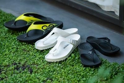 街歩きや海辺だけでなく、リカバリーサンダルのように足にもやさしいトングタイプのビーチサンダルを紹介する