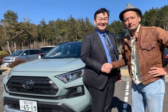 トヨタの佐伯禎一チーフエンジニア(左)と小沢コージ氏