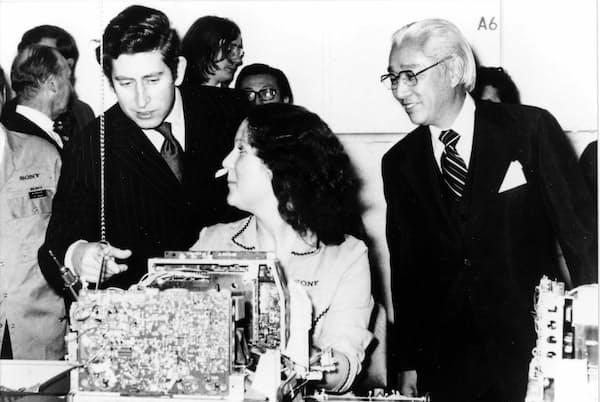 1974年、ソニーのイギリス・ブリジェンド工場の開所式に英チャールズ皇太子(左)をお招きしたときの盛田昭夫氏(右)の装いは、濃紺の三つ揃い。ネクタイのノットの縞が右上がりになるよう結ばれている