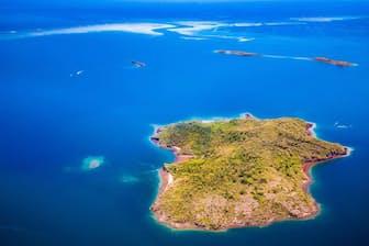 2018年5月以来、マヨット島付近で群発地震が発生していた。写真は、マヨット島すぐ東にあるシシウア・ムブジ島。この島の北東に、群発地震の震源地と新しい海底火山があることが、最新の研究で明らかになった(PHOTOGRAPH BY HEMIS / ALAMY)