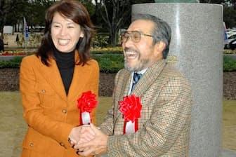 2004年12月、有森さんの銅像が制作された岡山県陸上競技場前で笑顔を見せる有森裕子さん(左)と小出義雄さん=共同