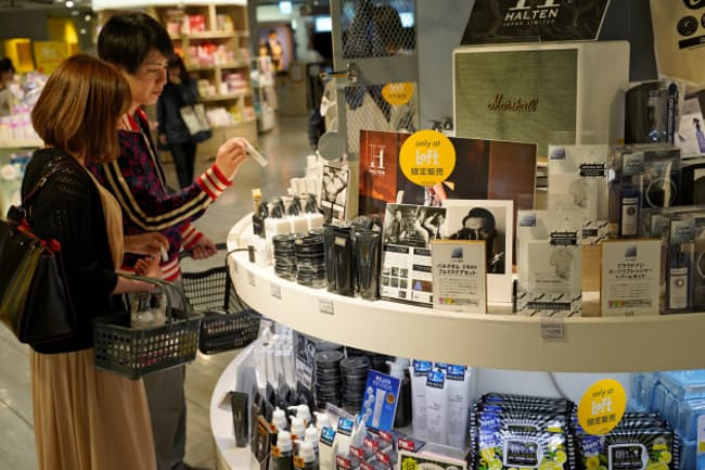 渋谷ロフトの男性化粧品売り場には美肌・美顔志向の商品が並ぶ(東京都渋谷区)