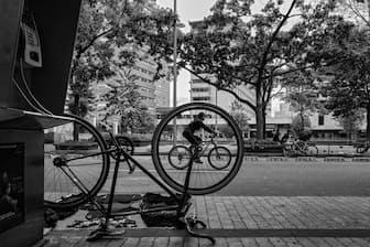 南米コロンビアの首都ボゴタでは毎週日曜日、全長120キロ余りの道路がシクロビアに変わり、150万人もの市民が自転車などで街に繰り出す(PHOTOGRAPH BY JUAN CRISTİBAL COBO, NATIONAL GEOGRAPHIC)