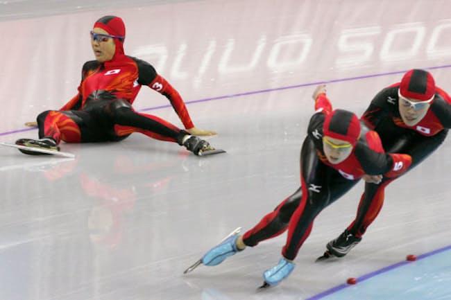 トリノ五輪女子団体追い抜き3位決定戦(右から)石野枝里子、田畑真紀と滑走中に転倒した大津広美(共同)