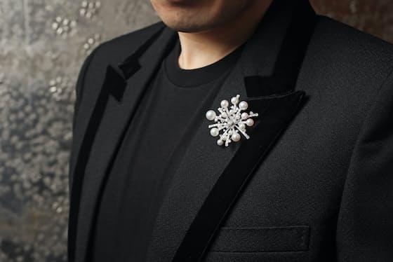 「スプラッシュ」というブローチを胸元につけたミキモトの斉藤嘉一さん。ローマ皇帝ネロやインドのマハラジャら、真珠は古くから紳士が好むとされてきた。大ぶりのジュエリーは実は男性にもぴったり(東京都中央区のミキモト本店)