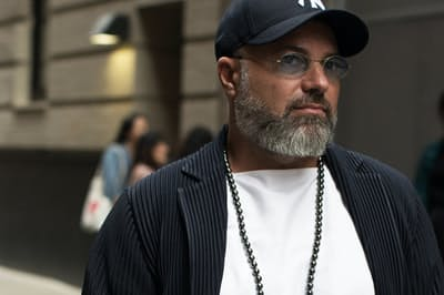 ニューヨークのファッションディレクターRiccardo Tortatoさんのクールな真珠のつけ方はインスタグラムで話題の的に