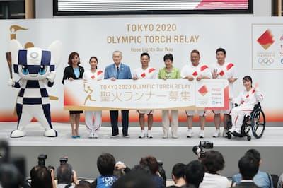 2020年東京五輪聖火リレーのルート概要などが発表され、公式アンバサダーの野村忠宏さん(右から5人目)らがランナー募集を呼び掛けた=1日、東京都港区
