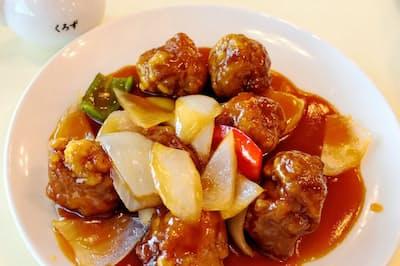 レストラン壺畑の酢豚。黒酢をより感じたい人のために各テーブルに黒酢を置いている