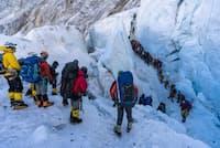 エベレスト登山で最も危険な場所の1つであるクンブ・アイスフォールを通る登山者の列(PHOTOGRAPH BY MARK FISHER/FISHER CREATIVE, NATIONAL GEOGRAPHIC)