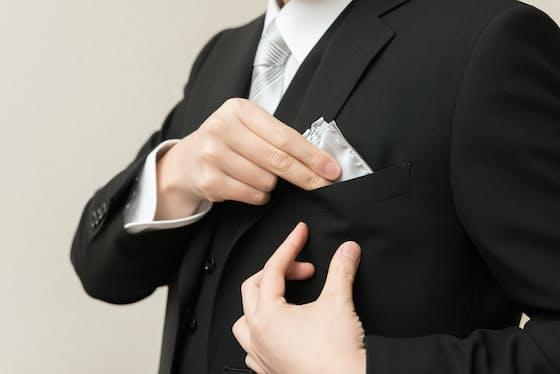 「黒いスーツに白いネクタイ」は、正式なドレスコードとしてはフォーマルの範疇に入りません=PIXTA