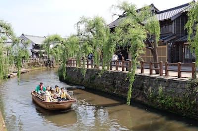 佐原地区の小野川沿いには古い商家や民家が立ち並ぶ