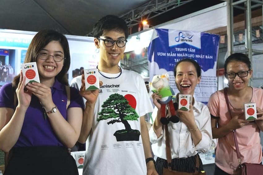 ベトナムで食育の会社を経営する松岡奈々さん(写真左)