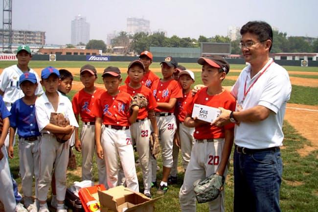 中国では野球で天津ライオンズのスポンサーになるなど企業の社会的責任(CSR)にも力をいれた(05年、右が本人)