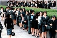 就職氷河期、説明会では学生が行列を作った(1999年、東京・丸の内)