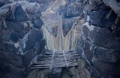 草でできたつり橋「ケスワチャカ橋」。インカ帝国時代から代々架け直して今に続く(PHOTOGRAPH BY JEFF HEIMSATH)