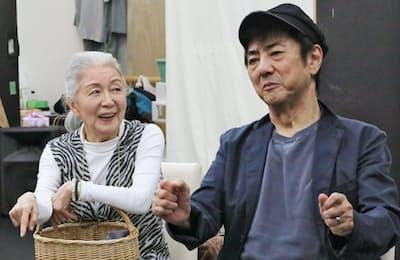 稽古に励む草笛光子(左)と市村正親(東京都新宿区)