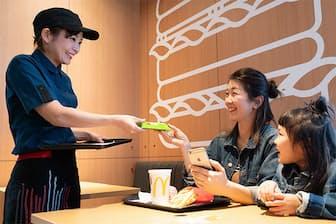 マクドナルド御殿場インター店では、通常のレストランと同じように、直接テーブルに向かっていい。着席したらスマホで注文する
