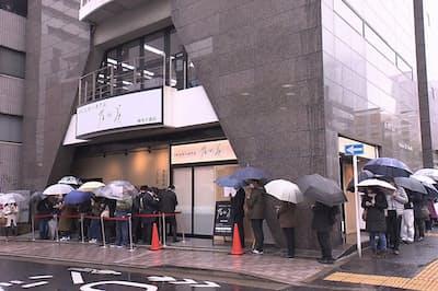 高級食パンブームの火付け役とされる東京・麻布十番の「乃が美」では、客の長い列ができる