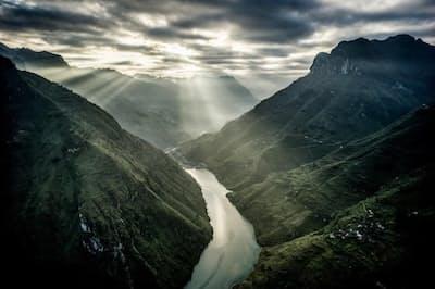 中国との国境に近いハザン省のマー・ピー・リャン峠。ベトナム北部を代表する山の風景だ(PHOTOGRAPH BY JUSTIN MOTT)