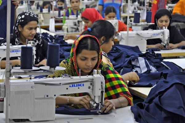 バングラデシュの縫製産業では労働環境の改善が継続的な課題だ(首都ダッカ郊外の縫製工場)