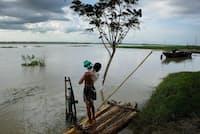 バングラデシュのブラマプトラ川。バングラデシュには、川の水に含まれる抗生物質の濃度が基準値の300倍を超えている場所がある(PHOTOGRAPH BY JONAS BENDIKSEN, NAT GEO IMAGE COLLECTION)