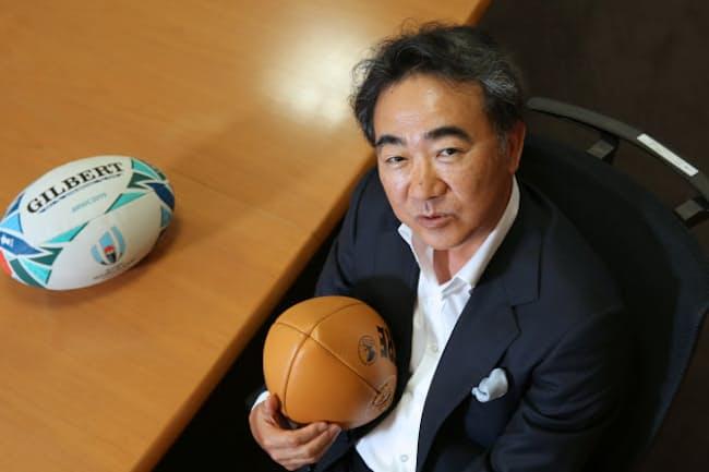 自身初の「ラグビー小説」を出版した池井戸さん。「ラグビーボールにふれたのはきょうが初めて」(19年6月、東京・渋谷)