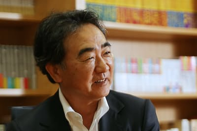インタビューに答える池井戸潤さん(19年6月、東京・渋谷)