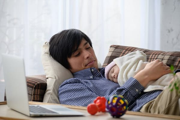 男性育休取得とパタハラが社会問題になっている(写真はイメージ=PIXTA)
