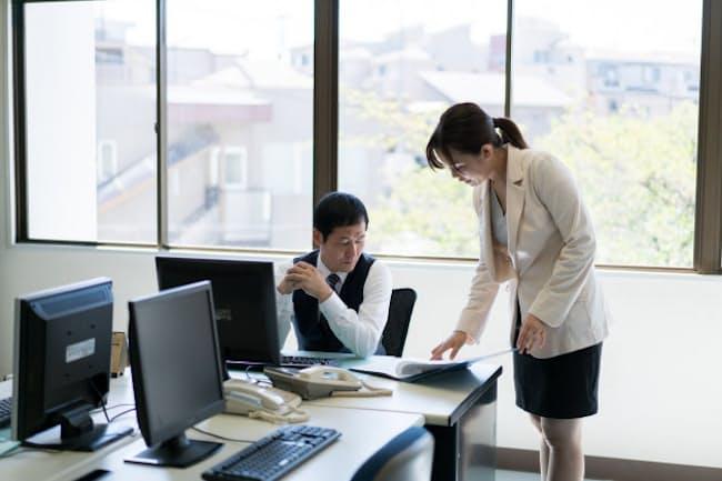 部下の側からこまめに報告することで管理職の不安は減るかもしれない。写真はイメージ=PIXTA