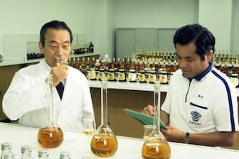先代の稲富チーフブレンダー(左)について技術を磨いた