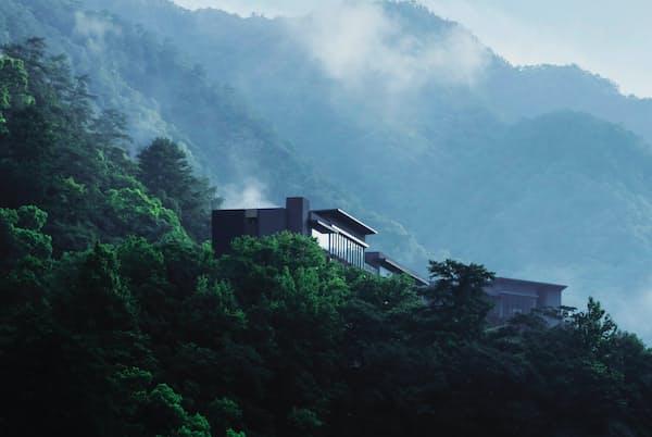 星のやグーグァンは山の中腹の静かな場所にたたずむ「温泉渓谷の楼閣」だ