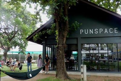 欧米の利用者も多いコワーキングスペース「パンスペース」。緑に囲まれ、カフェも隣接していて居心地がよい