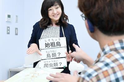 手話ガイドを目指す学生にポイントを説明する筑波技術大の生田目美紀教授(左)