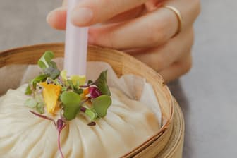 巨大なショウロンポウの肉汁を太いストローですするのは中国でも見られるスタイル やけどに注意!?