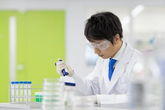 国立がん研究センターと遺伝子パネル検査を共同開発したシスメックスでの検査作業