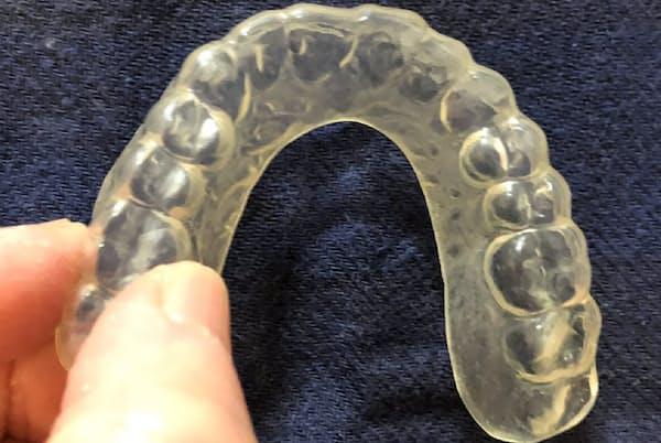 主にプラスチック製で上の歯に装着する