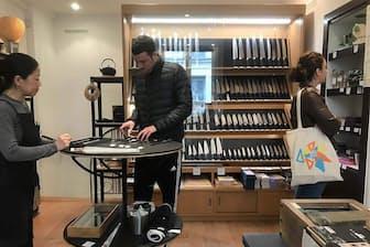 釜浅商店がパリに構えた海外1号店。メード・イン・ジャパンの料理道具を求め、フランス人客が足しげく通う(写真:永末アコ、以下同)